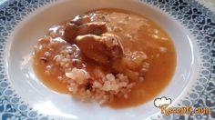 Recept za Gulaš od pileće džigerice. Za spremanje ovog jela neophodno je pripremiti luk, pileći džigericu, lovor, slatku papariku, kečap, biber, so, brašno, ulje, pileću supu.