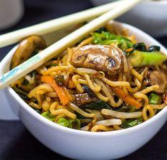 Voici la recette des nouilles chinoises au poulet au Thermomix, un plat délicieux, aux saveurs asiatiques, très facile à réaliser idéal comme repas. Chow Mein, Chow Chow, Pasta, Wok, Japchae, Buffet, Food And Drink, Healthy Recipes, Ethnic Recipes