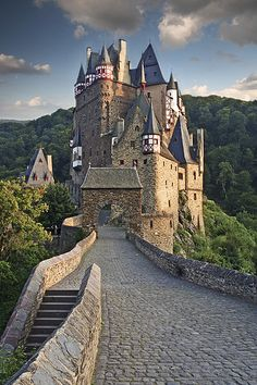 Burg Eltz Castle, above the Moselle River, Rhineland-Palatinate, Germany Beautiful Castles, Beautiful Buildings, Beautiful Places, Amazing Places, Oh The Places You'll Go, Places To Travel, Places To Visit, Castle Ruins, Medieval Castle