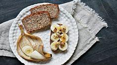 Znáte to určitě sami, že čas od času šmejdíte po bytě a hledáte něco dobrého na zub. Zkuste zahnat chutě třeba tímto zdravým chlebíčkem, který na doslazení potřebuje jen trochu medu. Navíc je tento recept bez lepku a laktózy.