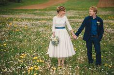 wadenlanges Petticoat Brautkleid mit Ubootausschnitt und Ärmeln, Manschetten mit Knöpfen und blauem Gürtel (www.noni-mode.de)