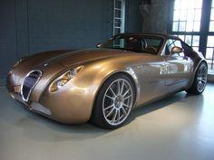 Wiesmann GT MF 4S Roadster. 2010 - 2013. Angetrieben wird der MF 4S von einem V8-motor mit Twin Turbo aus dem Hause BMW. Aus 4.395 cm³ Hubraum leistet der Wagen 407 PS. Er ist mit einer Höchstgeschwindigkeit von 291 km/h angegeben.