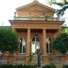 This is Villa URANIA, the Museum Paparella Treccia Devlet ...situated  in the heart of PESCARA, on the corner of the central square Piazza della Rinascita (Piazza Salotto). Inside,there is the precious and ancient ceramic collection of Castelli.
