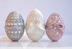 Crochet Easter eggs - this page has been translated from German to English, so enjoy it!Crochet Easter eggs - this page has been translated from German to English, so enjoy it! Holiday Crochet, Easter Crochet, Diy Crochet, Crochet Doilies, Tutorial Crochet, Cool Easter Eggs, Easter Pictures, Diy Ostern, Deco Floral