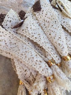 Μαρτυρικό δαντελα με χρυσό κούμπωμα Σταύρο