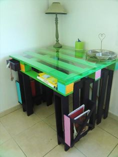 Pallets Recycled Pallet desk with a glass top and a magazine rack entirely made from recycled pallets! I love the contrast between green and black colors! Pallet Desk, Pallet Furniture Plans, Pallet Furniture Designs, Pallet Crates, Pallet Designs, Old Pallets, Recycled Pallets, Wooden Pallets, Pallet Wood
