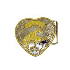 F206 – Limited Edition – 2008 - El Charro - Un cowboy su un destriero rischia il collo per domare l'animale.  Qualsiasi cosa tu voglia esprimere, fallo con una fibbia a cuore. Il cuore di El Charro, il cuore di un cowboy.  La versione originale di questa fibbia era prodotta negli anni '80 in German Silver (no nickel free). Oggi la versione disponibile è quella più fedele con la scritta per esteso.    E' stata realizzata in Zamak (nickel free) nel 2008 in soli 350 esemplari.  Misura 8 x 8 cm.