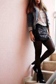 Invertir en una falda negra de lentejuelas es excelente opción... La puedes combinar casi con cualquier blusa y siempre se verá perfecto para ir al antro.