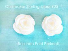 **Ohrstecker Röschen Silber 925** mit echten Perlmutt-Röschen in schimmerndem Weiß. Die Ohrstecker haben einen Durchmesser von 10 mm und Stecker aus Sterlingsilber. Diese Silberohrstecker sind...