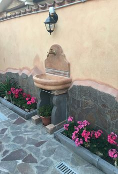 Fontana murale modello Venezia senza supporto, finitura: mattone. Località: Roma. Garden Sink, Garden Pots, Modern Landscaping, Backyard Landscaping, Small Gardens, Outdoor Gardens, Diy Garden Fountains, Outdoor Sinks, Backyard Pool Designs
