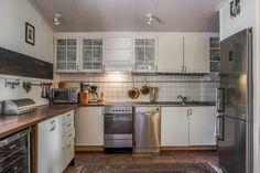 Keittiöitä on kaksin kappalein. Kitchen Island, Kitchen Cabinets, Home Decor, Island Kitchen, Decoration Home, Room Decor, Cabinets, Home Interior Design, Dressers