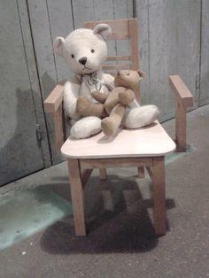 Il ne reste plus qu'à la tapisser et elle sera exactement comme celle de papa et maman ! Exactement, Comme, Stool, Teddy Bear, Animals, Furniture, Home Decor, Mom, Animales
