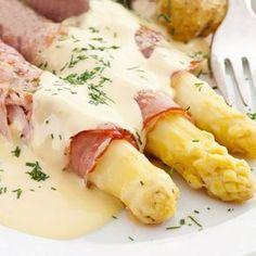 Estos espárragos con jamón y salsa de queso se preparan en un momento, y puedes hacerlos con espárragos blancos o trigueros.