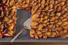 Wat zijn de pruimen heerlijk zoet op dit moment. Of je nu opal, reine Claude of wijnpruimen neemt, allemaal smaken ze even heerlijk. Gewoon lekker zo uit de hand. Je kunt er natuurlijk ook mee bakken. Deze lekkere pruimenplaatkoek bijvoorbeeld. Door die zoete pruimen heb je voor dit gebak (bijna) geen suiker nodig.