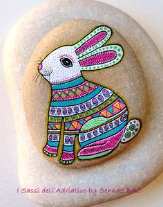 Hand Painted Stone Bunny  4 small eggs by ISassiDellAdriatico