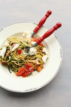 Courgetti met twee soorten kaas Tapas, Salad Recipes, Vegan Recipes, Pasta Salad, Love Food, Foodies, Food And Drink, Veggies, Yummy Food