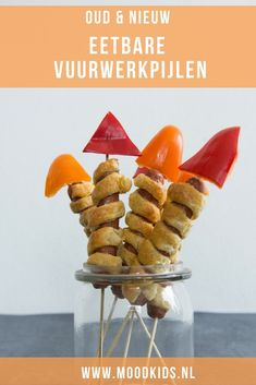 Eetbare vuurwerkpijlen maak je zo Popping into the new year with these edible firework arrows made from sausage, bell pepper and puff pastry. Game Day Snacks, Party Snacks, Party Favors, Kids Meals, Easy Meals, Childrens Meals, Pigs In A Blanket, Ottolenghi, Food To Make