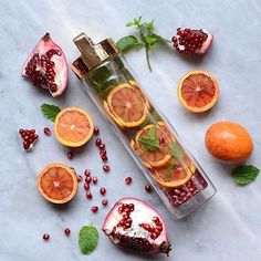 Blood orange pomegranate & mint via x by detoxwater Infused Water Recipes, Fruit Infused Water, Infused Water Bottle, Water Bottles, Healthy Vegan Desserts, Healthy Meals For One, Healthy Snacks, Healthy Recipes, Healthy Breakfast Potatoes