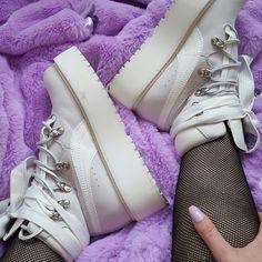 31 beste afbeeldingen van girl on sneakers Mode, Schoenen