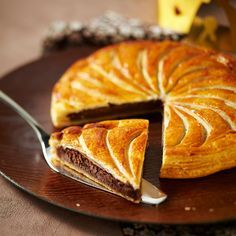Galette des rois au chocolat French Patisserie, Candy Cakes, French Pastries, Pastry Cake, Christmas Desserts, Christmas Recipes, Sweet Recipes, Dessert Recipes, Bakery