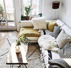 Gemütliches,helles Wohnzimmer mit hellem Sofa und vielen Kissen in Berliner Kiez  #Wohnzimmer #Berlin #weiß #Kissen