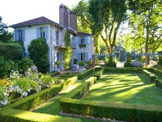 Pretty house & garden near Paris.