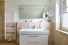#Doppelwaschbecken in hellem #Badezimmer in einem romantischen #Friesenhaus - ECO System HAUS