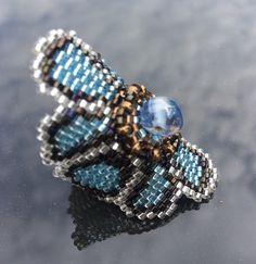 Bague KETIKO à grosse fleur bleu ciel et bronze à coeur de perle : Bague par ketiko Beading Jewelry, Beaded Jewellery, Beaded Rings, Beaded Bracelets, Custom Jewelry, Creations, Bronze, Boutique, Beads