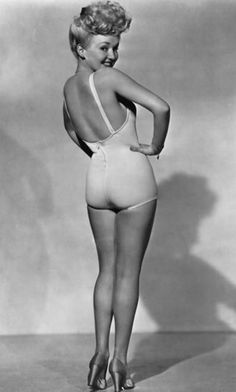 This 1943 photo of Betty Grable became the number one pin-up of WWII. One in every five American servicemen during the war owned this picture. One of those soldiers was Hugh Hefner, who would later cite the pin-up as his inspiration for Playboy. Glamour Hollywoodien, Old Hollywood Glamour, Vintage Hollywood, Hollywood Stars, Classic Hollywood, Hollywood Icons, Pin Up Vintage, Mode Vintage, Vintage Beauty