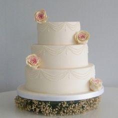 edible roses Wedding Cake Maker, 3 Tier Wedding Cakes, Luxury Wedding Cake, Amazing Wedding Cakes, Elegant Wedding Cakes, Edible Roses, Edible Art, Sugar Rose, Sugar Flowers