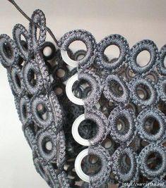tig-ile-halkalardan-canta-yapimi- tig-ile-halkalardan-canta-yapimi- Make a bag out of crochet rings - Crochet Rings, Bag Crochet, Crochet Handbags, Crochet Purses, Crochet Stitches, Crochet Necklace, Crochet Patterns, Purse Patterns, Diy Bags Purses