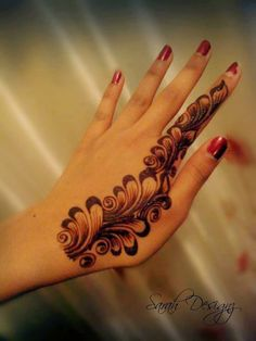 Simple Mehendi designs to kick start the ceremonial fun. If complex & elaborate henna patterns are a bit too much for you, then check out these simple Mehendi designs. Henna Hand Designs, Dulhan Mehndi Designs, Mehandi Designs, Mehndi Designs Finger, Mehandi Design For Hand, Khafif Mehndi Design, Mehndi Designs Book, Mehndi Designs For Beginners, Modern Mehndi Designs