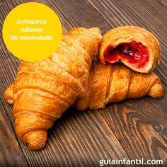 Vamos a cocinar croissants rellenos de mermelada de fresa para la merienda de los niños. Una receta rápida y fácil de preparar. ¿Te animas? http://www.guiainfantil.com/recetas/postres-y-dulces/bizcochos-y-magdalenas/croissants-rellenos-de-mermelada-receta-para-la-merienda-de-los-ninos/