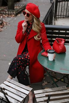 How to wear red // A beret, bow bag, and dark florals now on Atlantic-Pacific Paris Outfits, Winter Outfits, Red Fashion, Fashion Outfits, Womens Fashion, Love Style Life, Beret Rouge, Mode Monochrome, Beret Outfit