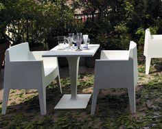 La sedia Toy si presenta come struttura compatta e indistruttibile. Astratta nella composizione e confortevole in modo imprevedibile, è unica nel suo genere. Adatta sia ad uso interno che esterno.