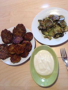 Foto: Gemüsebratlinge und Falafeltaler, dazu Zucchini und Sojajoghurt – Das vegane Leben ist schön :) / © Der grüne Mami Blog