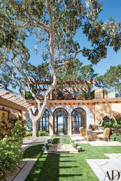 Idyllic Beach Getaways This Spanish Colonial–style home courtyard features hand-painted tilework around the arches.This Spanish Colonial–style home courtyard features hand-painted tilework around the arches. Colonial Style Homes, Spanish Style Homes, Spanish Revival, Spanish House, Spanish Style Interiors, Spanish Style Bathrooms, Spanish Colonial Homes, European Style Homes, Style Hacienda