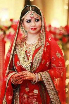 Indian bride wearing bridal lehenga, jewellery and makeup. #MaangTika