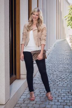 Images Beyond Words, Leonie Löwenherz, Serge Daniel Knapp, Fashion Blogger, Fashion, High Fashion, Blogging, Outdoor, on location, blonde, long hair, gorgeous, editorial, commercial, Heidelberg, jacket, camel, jeans, city, center, theater