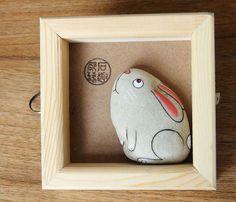 """Galet peint : tableau """"Un lapin"""""""