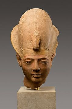 Quartzite head of king Amenmesse He is wearing the crown of Egypt.