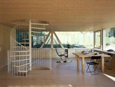 L'architecte Pascal Flammer a créé cette maison en bois à Balsthal en Suisse. Composé dedeux étages principaux, le rez de chaussée se compose d'une seule pièce avec un plafond horizont…