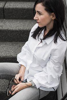 Outfit weiße Bluse von Zara mit Statementärmeln und Perlenstickereien, graue skinny Jeans und schwarze Mules, Sonnenbrille von Aigner | Ootd fashion fashionblogger | https://juliesdresscode.de