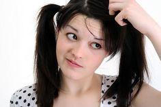 Les Pellicules, ou la dermatite séborrhéique est une maladie qui affecte le cuir chevelu et qui provoque des démangeaisons ainsi que la formation de squames