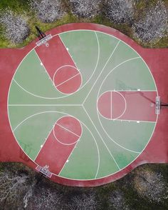 Pista de baloncesto triple. Tres campos en un círculo. Three baskets in a round basketball court