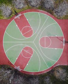 Pista de baloncesto triple. Tres campos en un círculo. Three baskets in a round basketball court