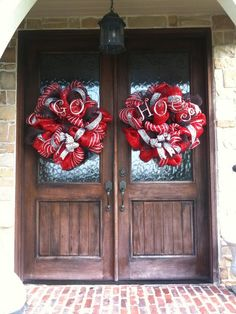Love the doors and the wreaths...but not a hog fan so would have to choose a different color. =)