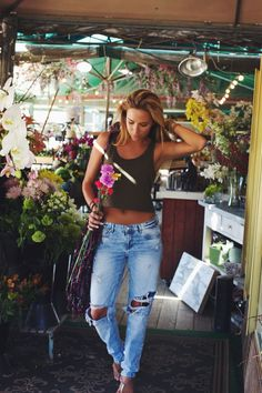 Love it! Slacker girl look. Short beader and ripped up jeans with flat sandals. Classic!