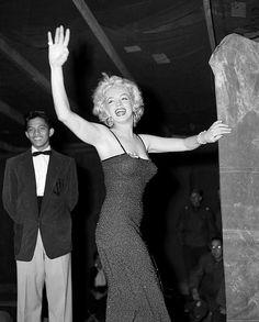Marilyn Monroe singing to soldiers in Korea 1954