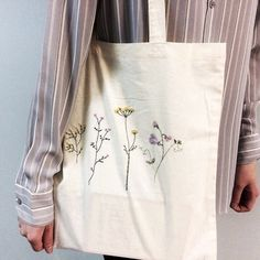 Diy Embroidery Patterns, Embroidery Bags, Simple Embroidery, Hand Embroidery Patterns, Embroidery Stitches, Sacs Tote Bags, Diy Tote Bag, Moda Boho, Embroidered Clothes